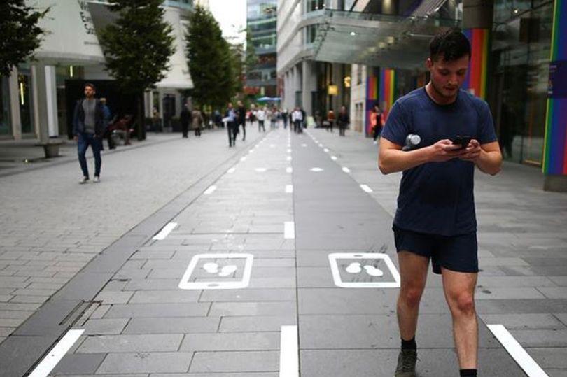 У Манчестері тестують «повільну доріжку» для людей, які читають смартфон на ходу