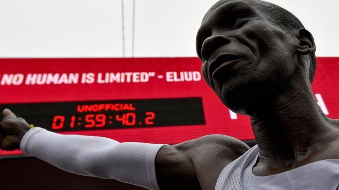 """""""Це як висадка людини на місяць"""" – кенієць пробіг марафон за менш, ніж дві години (ВІДЕО)"""