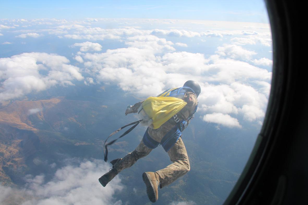 Військові рятувальники вперше стрибнули з парашутом на Говерлу (ФОТО)