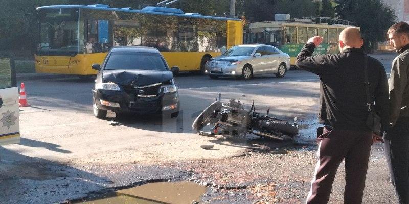 На Вовчинецькій зіткнулися автомобіль та мотоцикл (ФОТО, ОНОВЛЕНО)