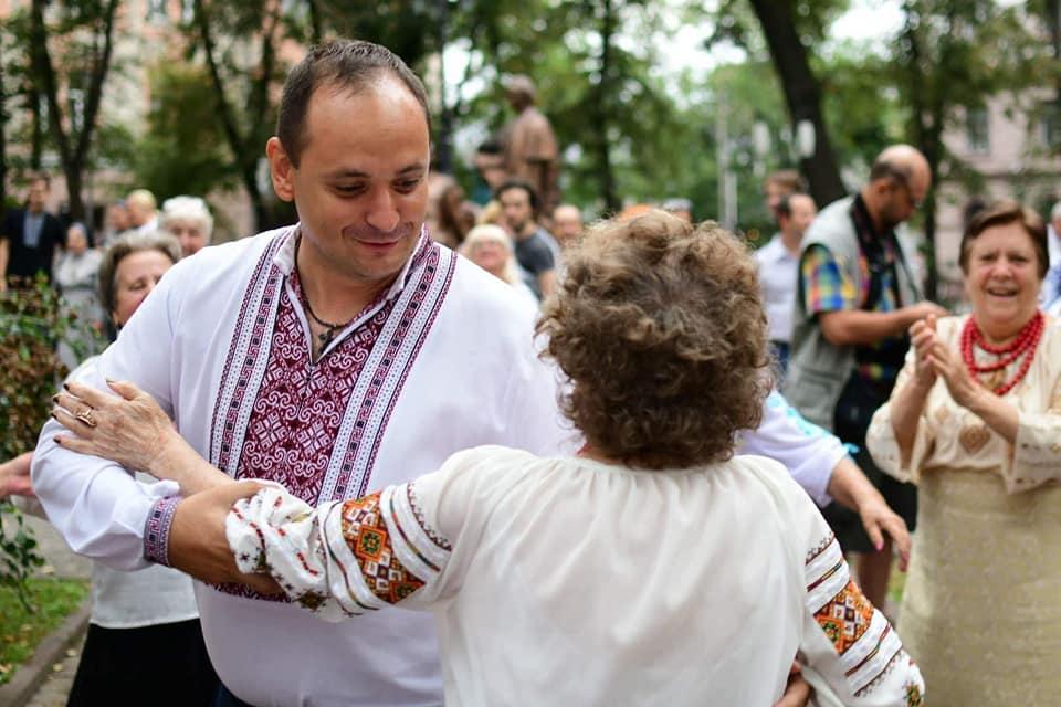 В мережі з'явилося відео, як мер Франківська пустився в запальний танок із дамами (ВІДЕО)