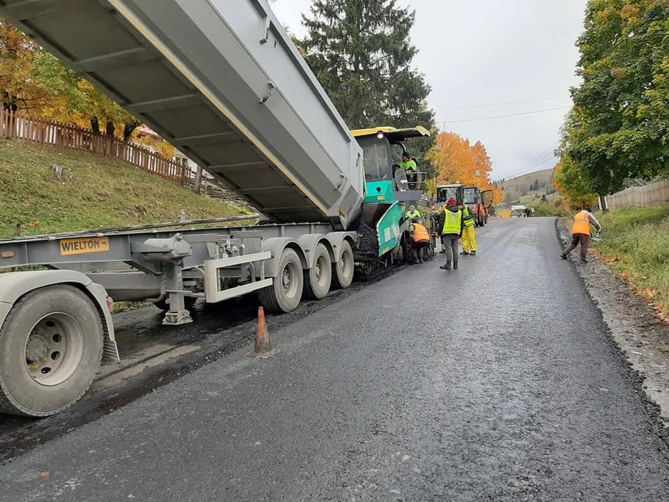 Працюють цілодобово: на Верховинщині через погану погоду квапляться завершити дорогу (ФОТО)