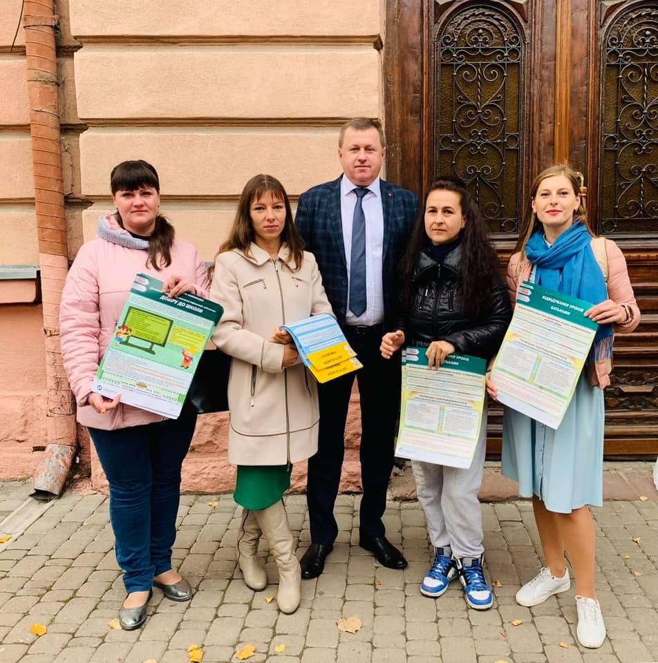 Франківські матусі передали до шкіл інформативні плакати про права батьків (ФОТО)