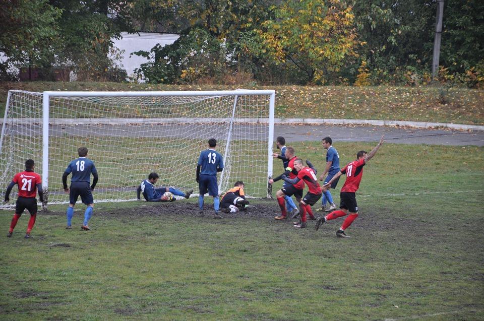 На Прикарпатті футбольний вболівальник накинувся на суддю (ФОТО)