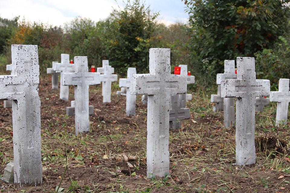 Небайдужі франківці впорядкували військовий цвинтар у Галицькому районі (ФОТО, ВІДЕО)