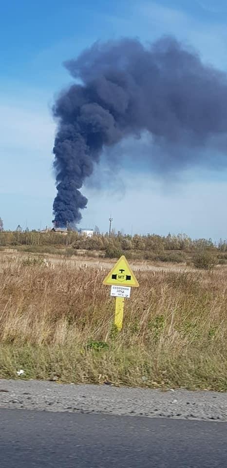 На Долинщині понад 20 вогнеборців гасили пожежу сухої трави та залишків нафтопродукту (ФОТО, ДОДАНО ВІДЕО)