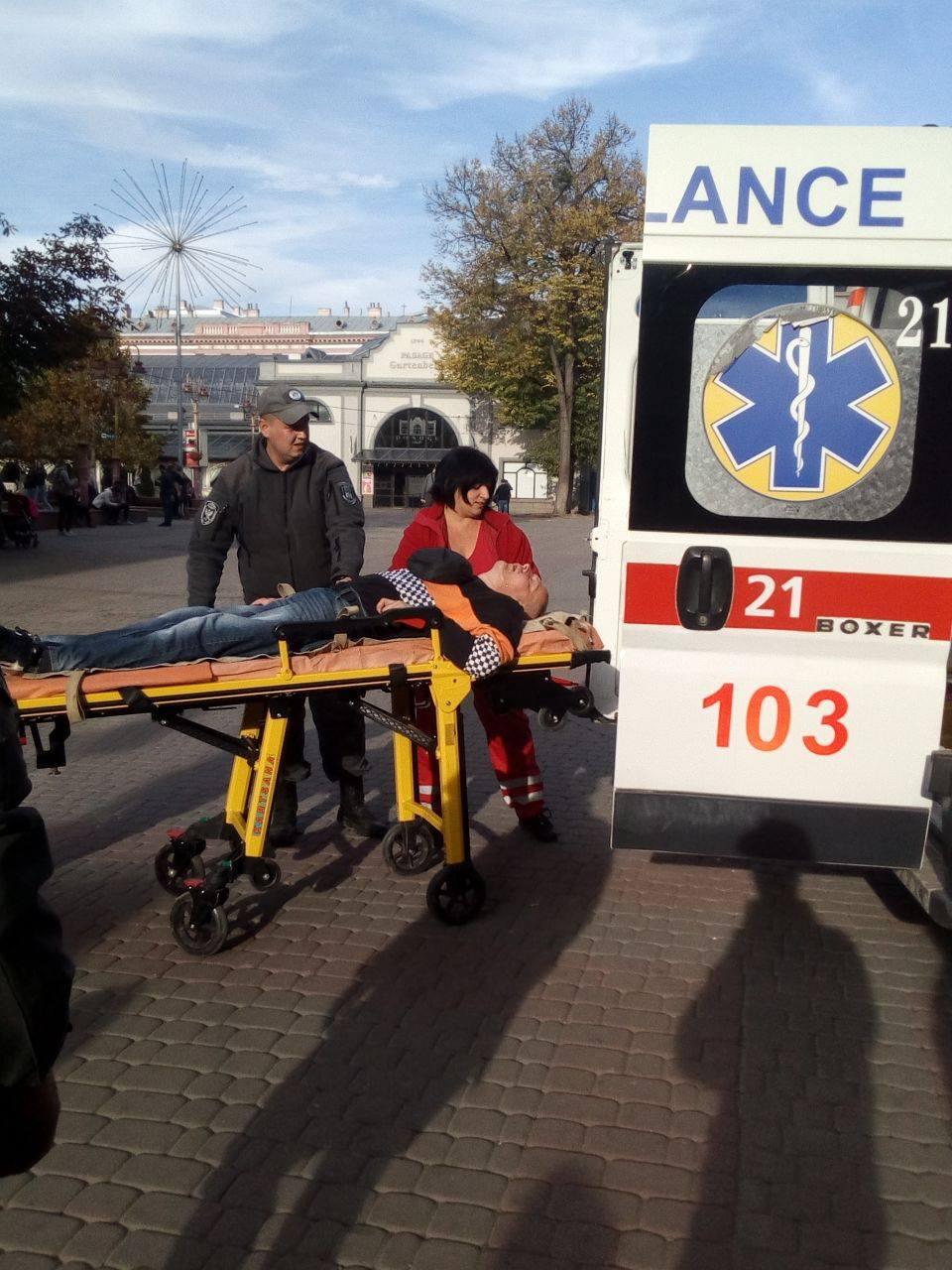 """У центрі міста """"муніципали"""" врятували чоловіка під час нападу епілепсії (ФОТО)"""