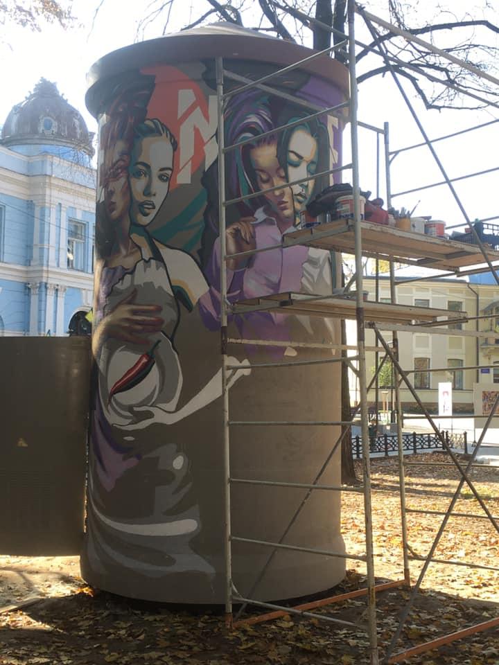 Відомімуралісти розмальовують електропідстанцію у центрі міста (ФОТО)
