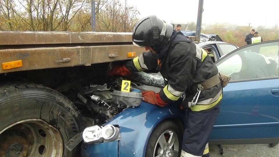 У Тисменицькому районі автомобіль врізався у тягач, є травмовані (ФОТО, ВІДЕО, ОНОВЛЕНО)