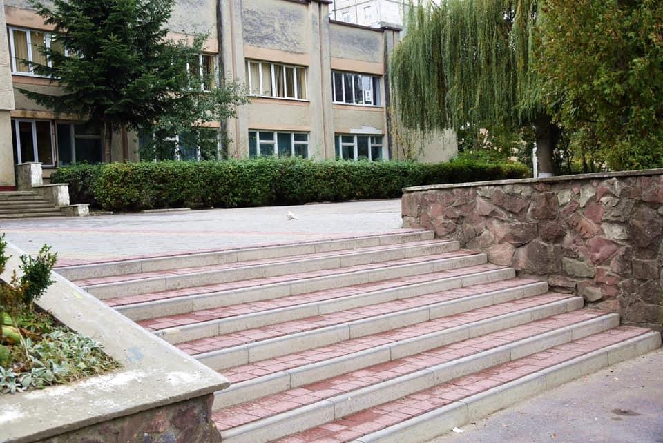 Ще один шкільний двір у Франківську став брукованим (ФОТО)