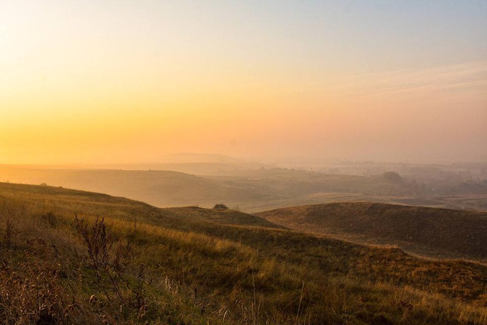 У мережі з'явилися неймовірні світлини осіннього ранку на Касовій горі (ФОТО)