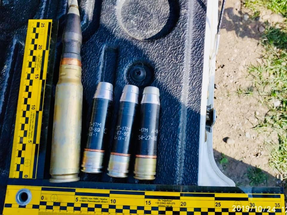 На Тисмениччині на узбіччі дороги виявили пакет із боєприпасами (ФОТО)