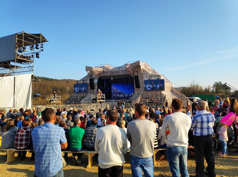 """На Прикарпатті тисячі людей веселяться на фестивалі  """"Топіарі Арт-Раут"""" (ФОТО, ВІДЕО)"""