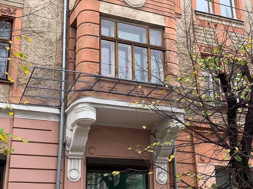У центрі міста встановили захисну сітку на будинок, аби не обсипався фасад (ФОТО)