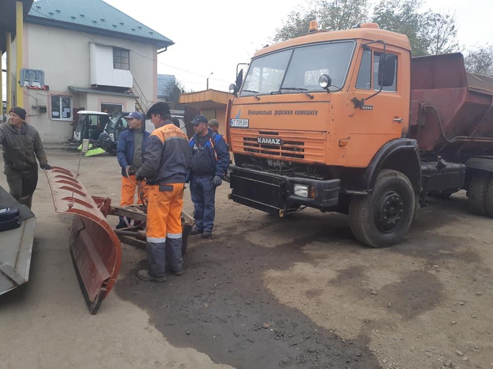 Комунальники обласного центру готують техніку до зимового прибирання доріг (ФОТО)