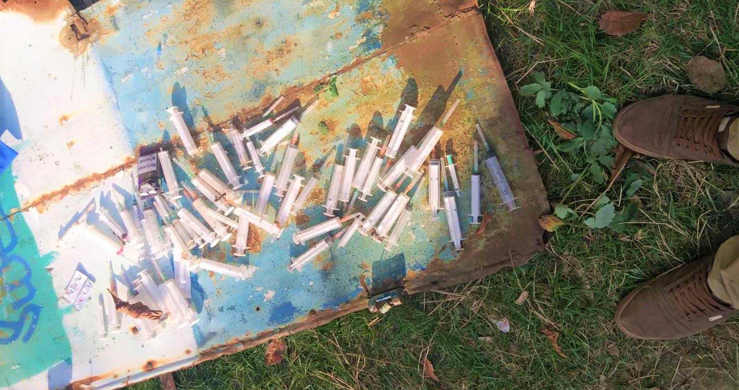 У закинутій споруді між багатоквартирними будинками організували наркопритон (ФОТО)