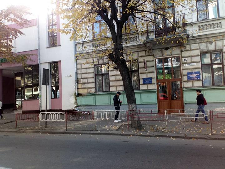 У Франківську вандали пошкодили будівлю жіночої консультації (ФОТО)