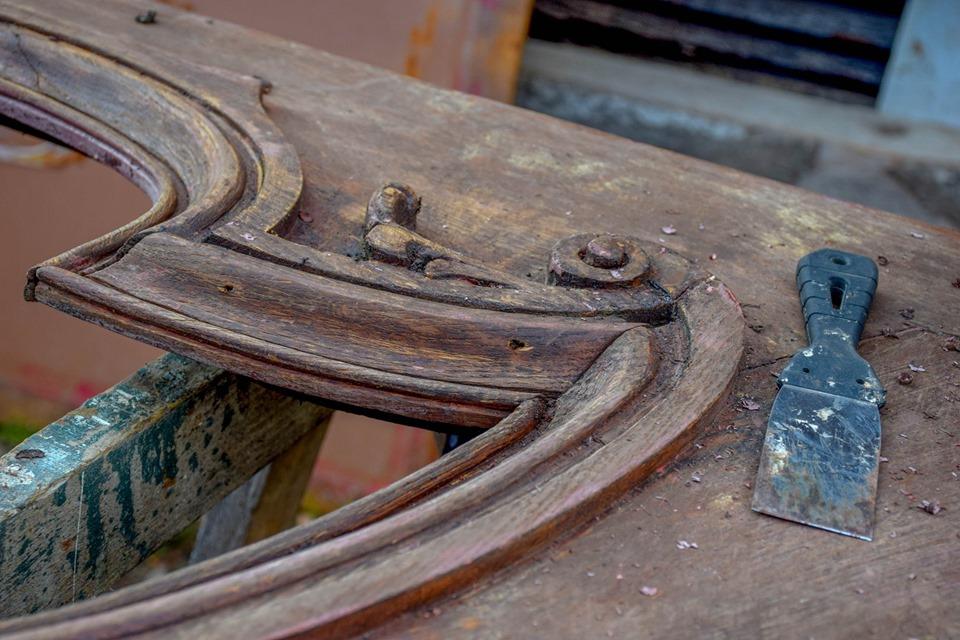 Як реставрують старовинні двері з вулиці Грушевського (ФОТО)