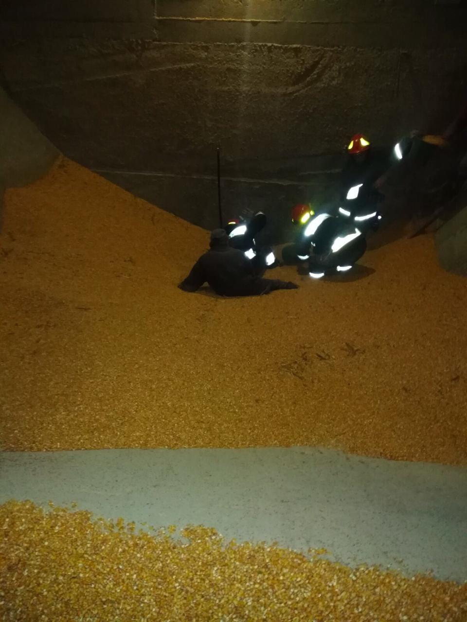 У елеваторі на Прикарпатті двох чоловіків засипало насмерть кукурудзою (ФОТОФАКТ)