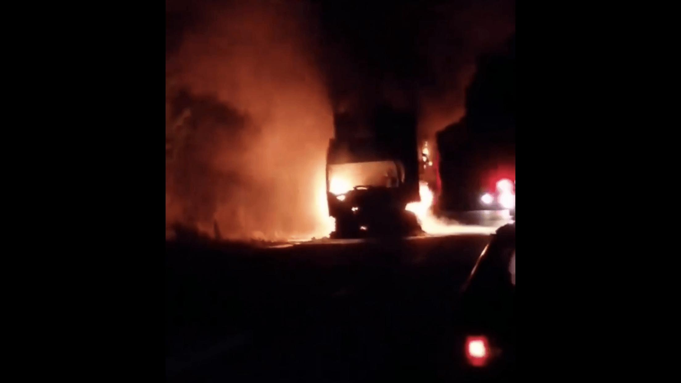 У Надвірнянському районі на дорозі загорілася вантажівка (ВІДЕО)