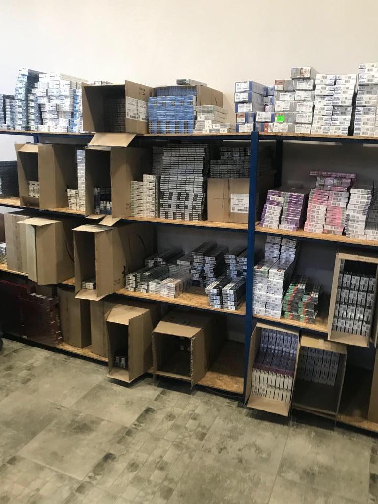 В одному з франківських магазинів виявили понад сто тисяч пачок контрафактних цигарок (ФОТО)