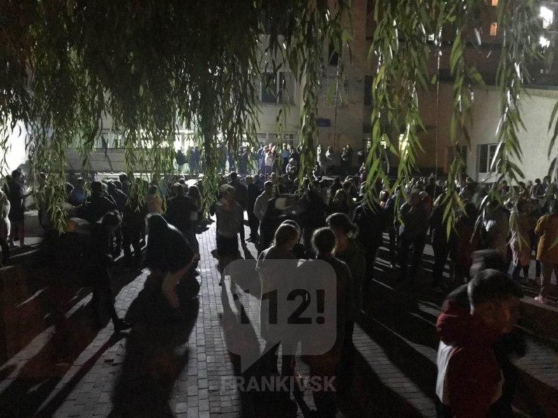 Близько пів тисячі людей евакуювали через пожежу в гуртожитку на Тролейбусній (ФОТО)