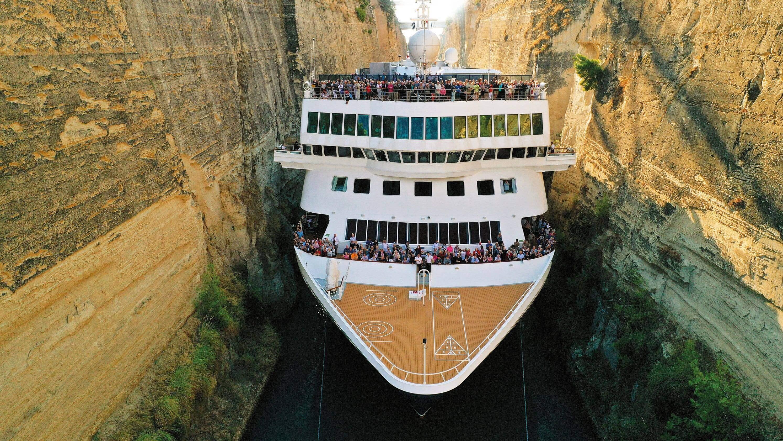 Через Коринфський канал пройшло найбільше судно в його історії (ВІДЕО)