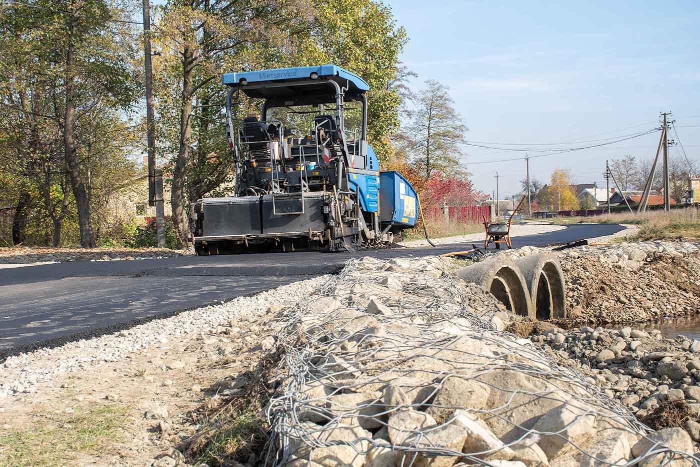 У приєднаному до Франківська селі взялися ремонтувати дорогу (ФОТО)