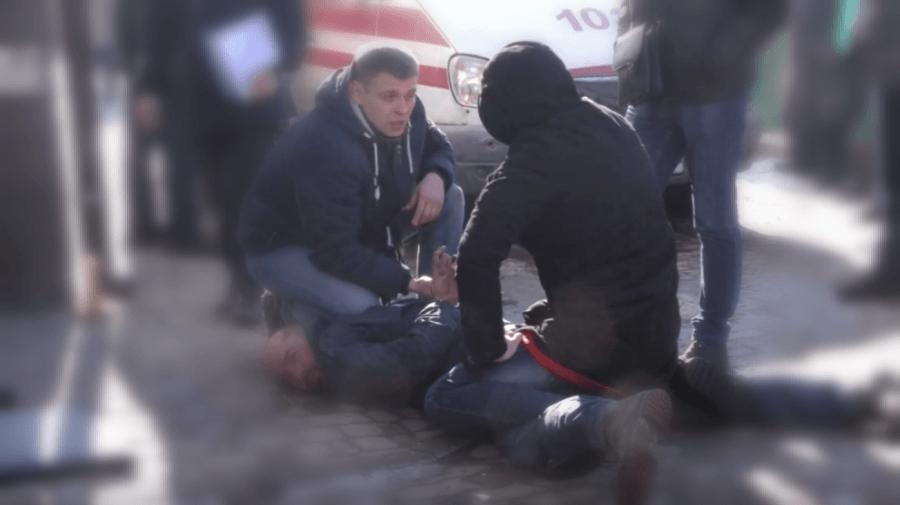 Чоловік, який у Калуші обстріляв офіс радіостанції та поранив поліціянта, вийшов на волю