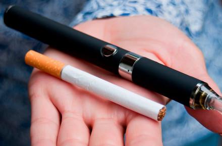 Прикарпатцям нагадують про небезпеку електронних сигарет і де їх не можна курити