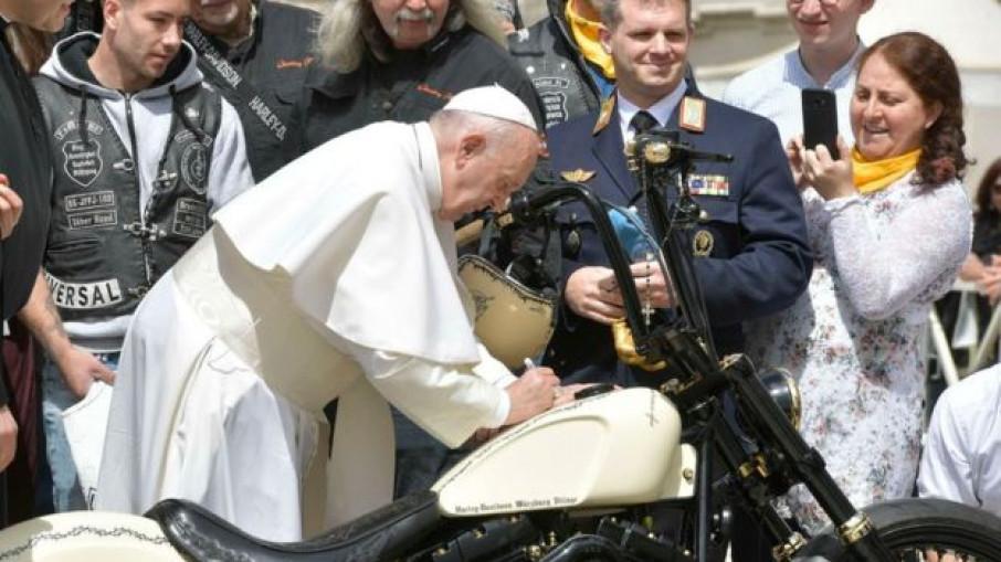 """У Великій Британії продають """"святий"""" мотоцикл із підписом Папи Римського"""