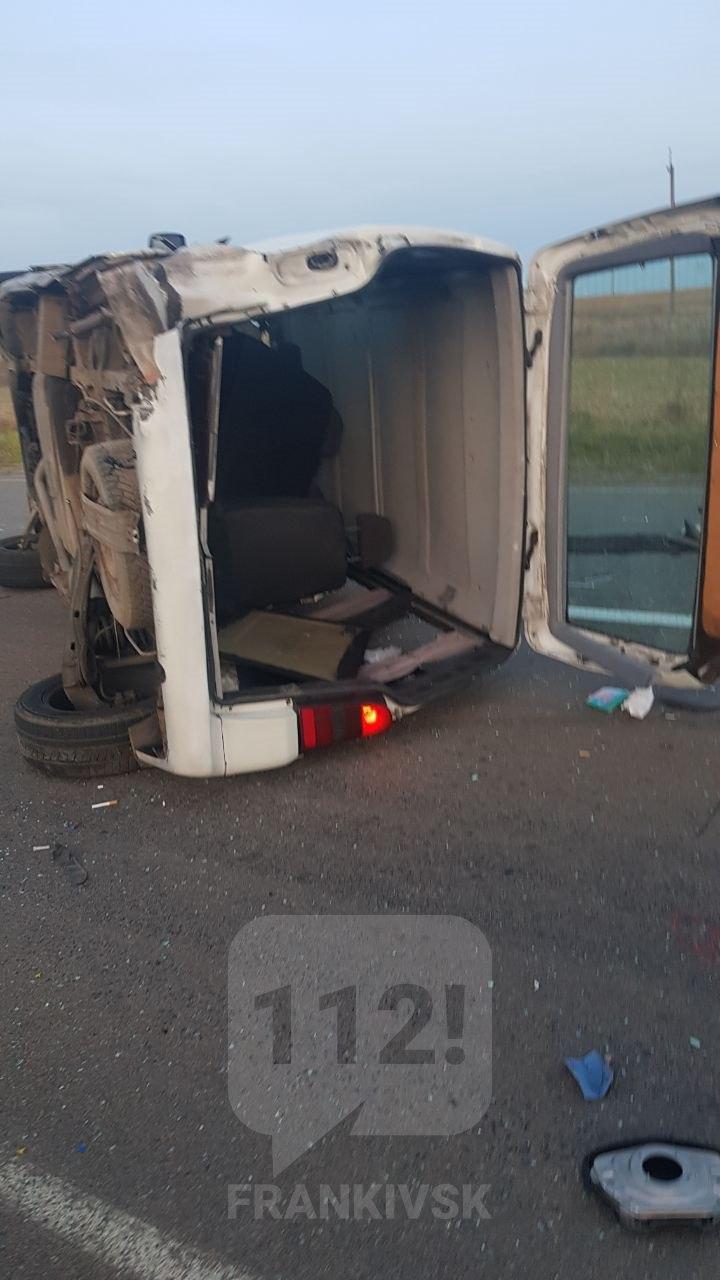 Вечірня ДТП на Прикарпатті: після зіткнення двох автомобілів, один із них перекинувся (фоторепортаж)