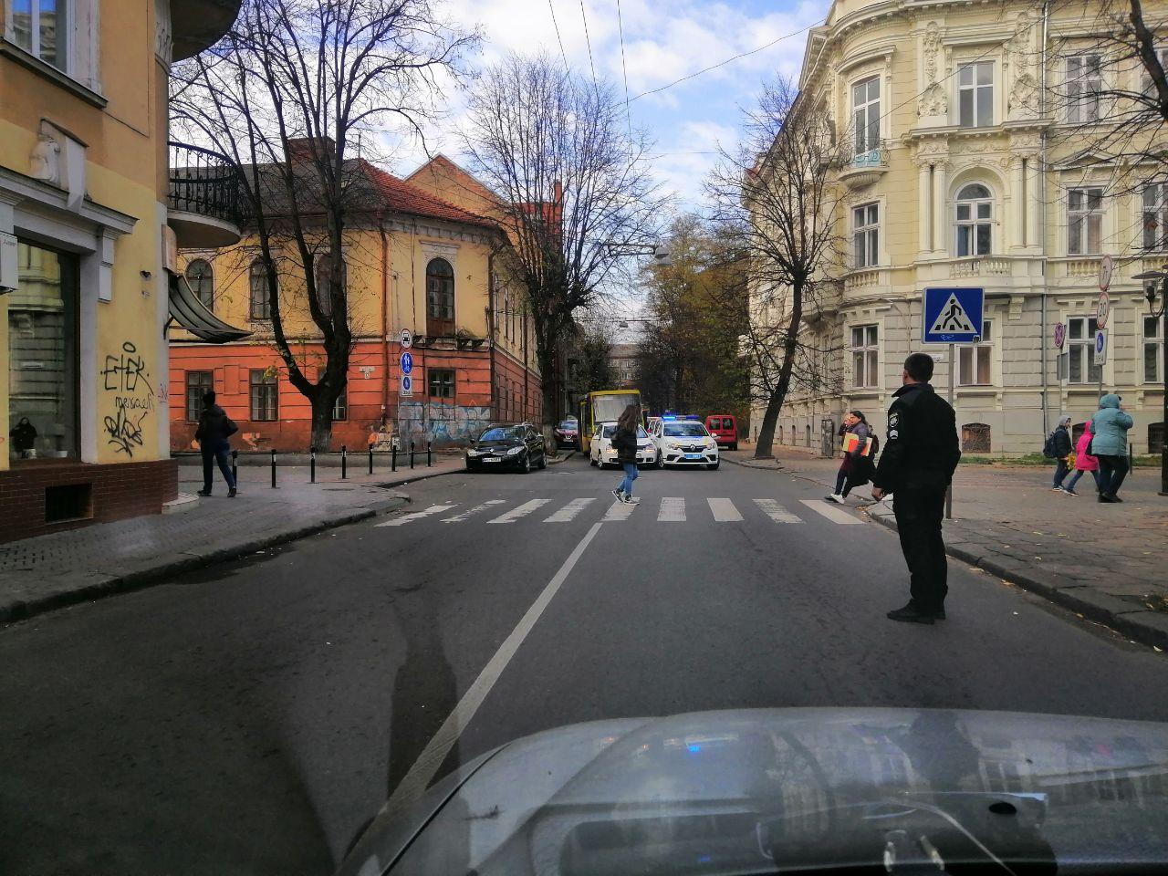 На Гординського авто поліції охорони потрапило у ДТП – обидва водії не визнають вину (ФОТОФАКТ)