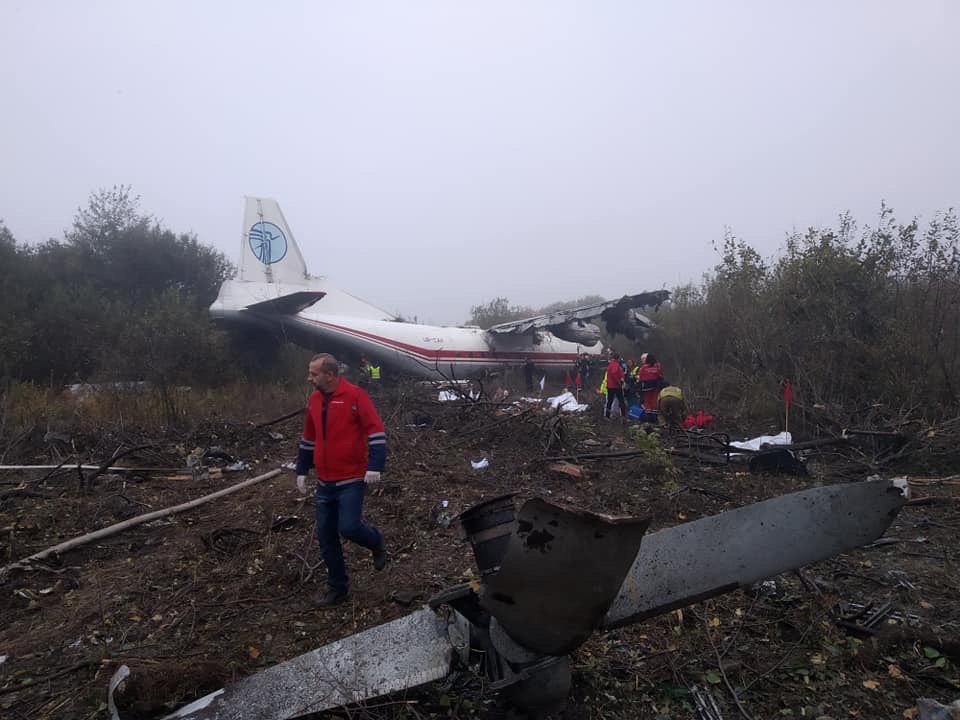 Поблизу Львова літак здійснив аварійну посадку: є загиблі (ФОТО, ОНОВЛЕНО)