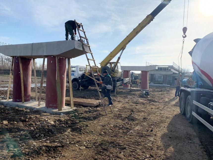 Укріплюють береги і ремонтують міст: на Калущині триває відновлення об'єктів, які постраждали від повіні (ФОТО)