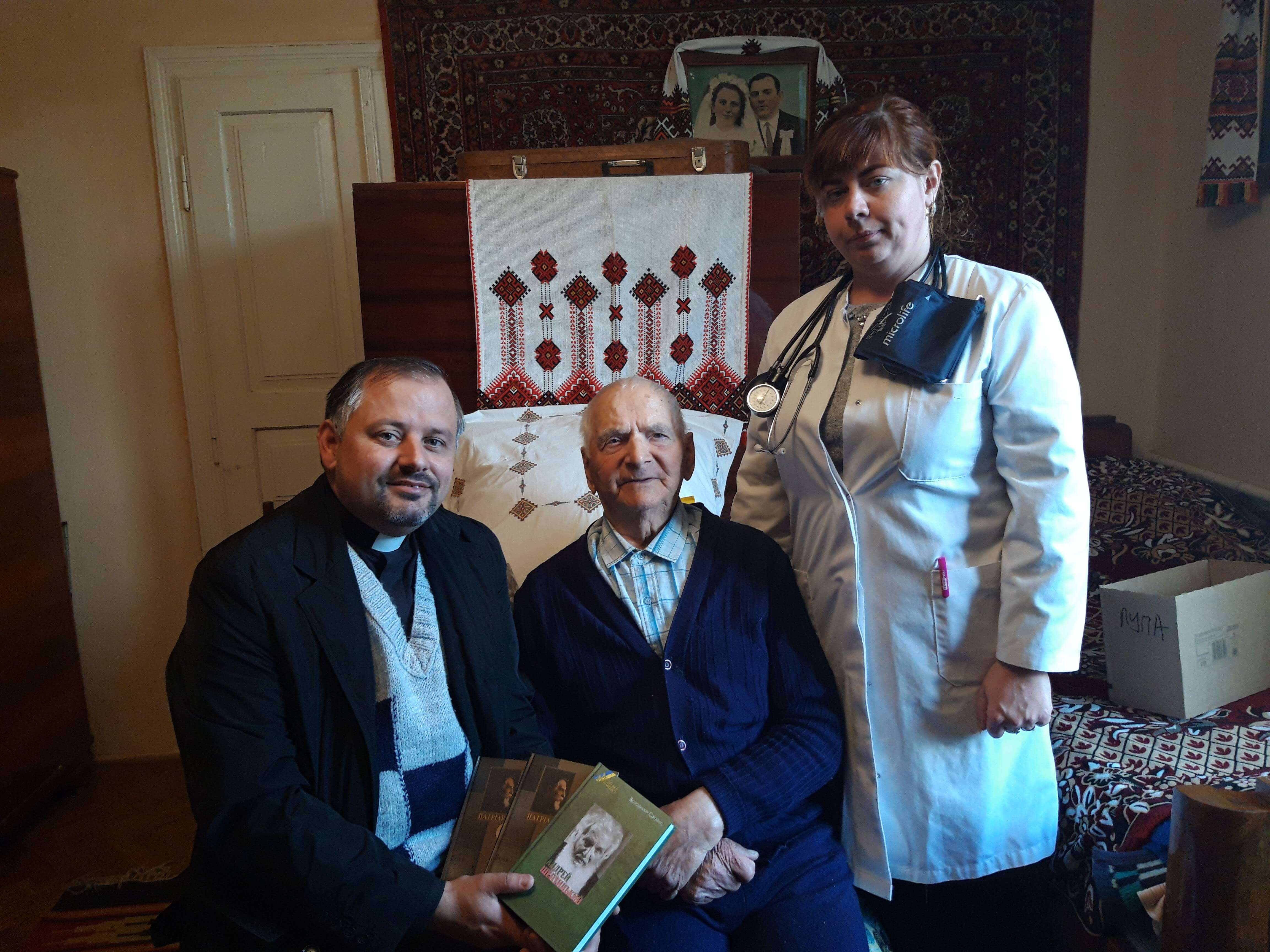 З ліками і продуктами: найстаршого ветерана ОУН-УПА відвідали франківські волонтери (ФОТО)