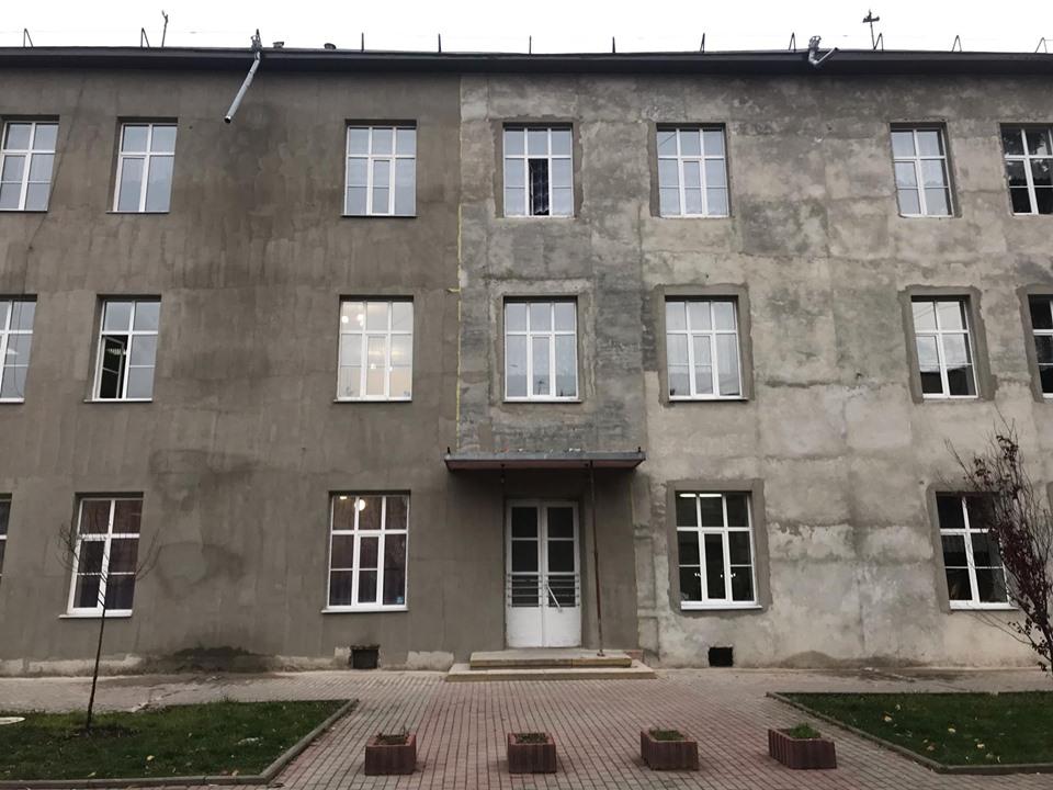 У Франківську завершують реконструкцію фасаду школи №7 (ФОТО)