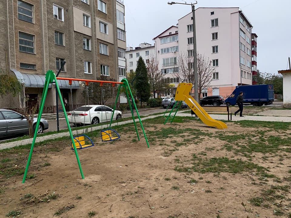 Черговий франківський двір – з новим дитячим майданчиком і вуличними меблями (ФОТО)