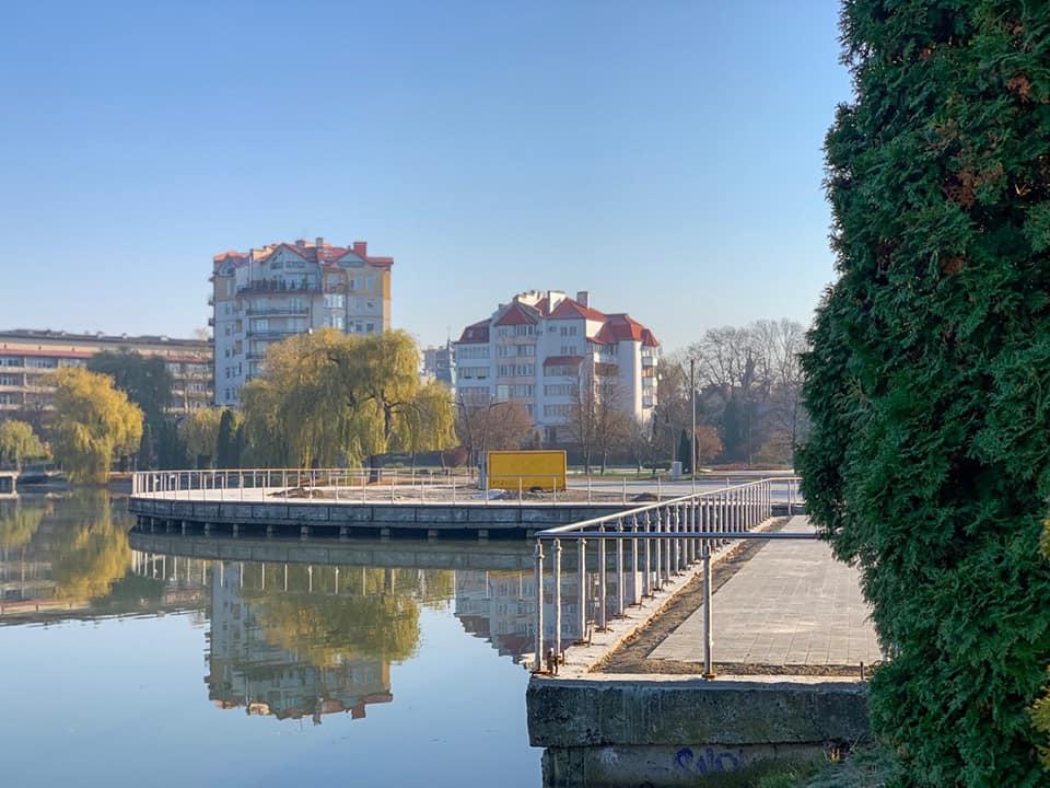 На центральному пірсі міського озера поставили нові перила (ФОТО)