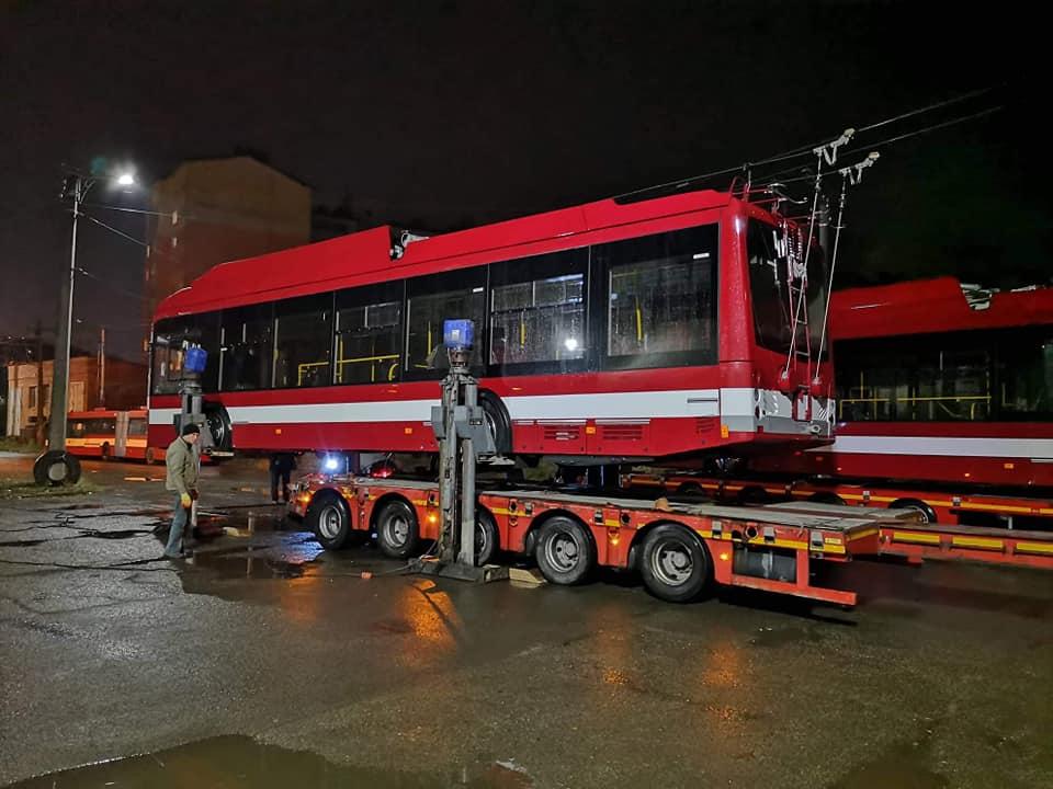 """Десяток новеньких тролейбусів прибули """"додому"""" (ФОТОФАКТ)"""