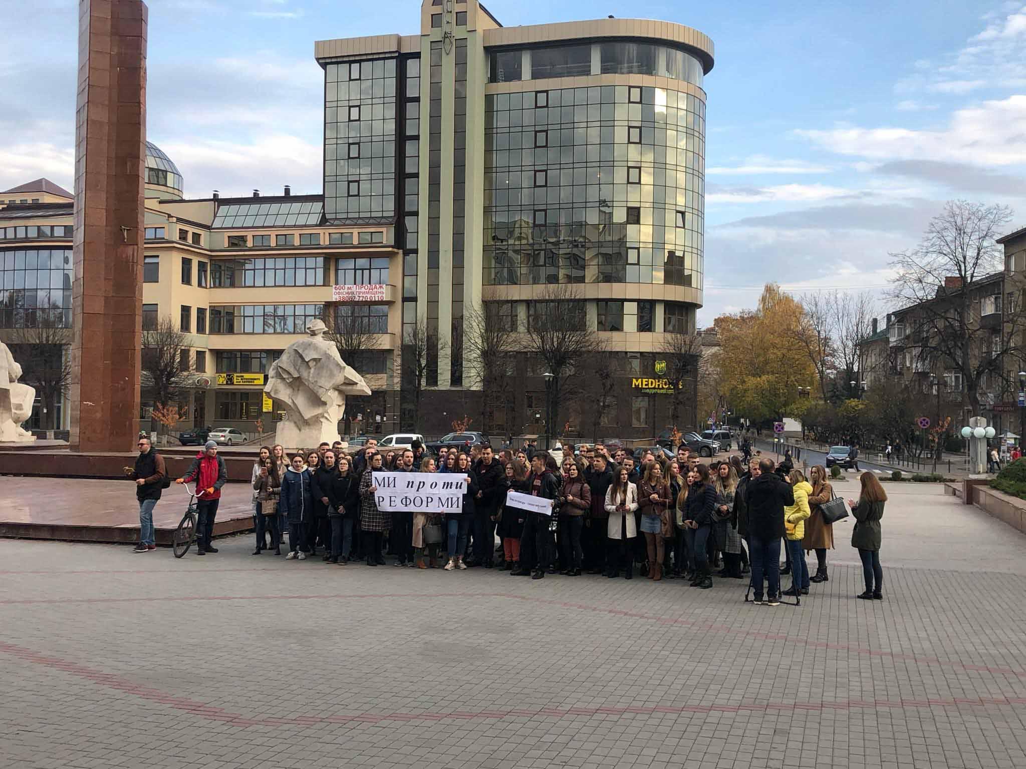 Нова інтернатура – геноцид випускника: у Франківську мітингують десятки студентів-медиків (ФОТО)