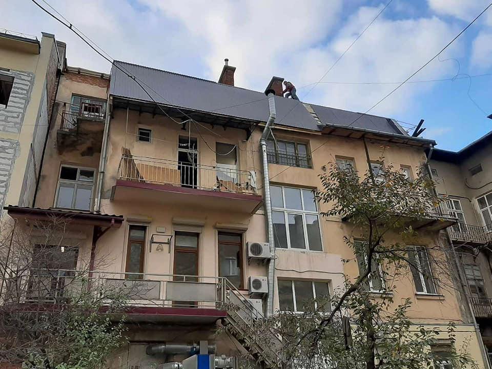 У будинку на Міцкевича, який постраждав від значної пожежі, завершують ремонт даху (ФОТО)