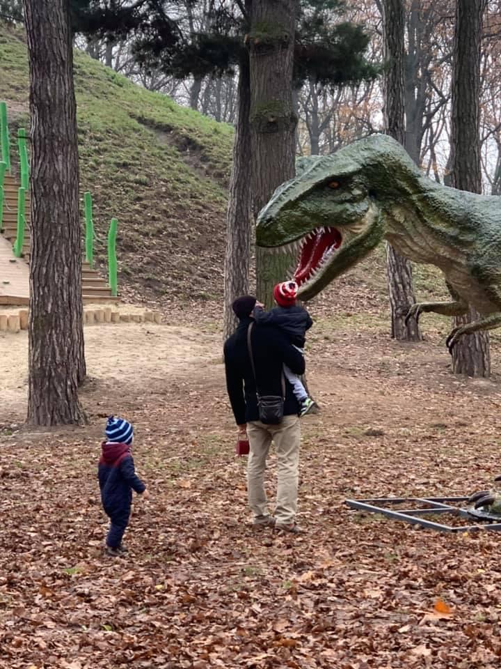 У міському парку з'явився динозавр (ФОТО)