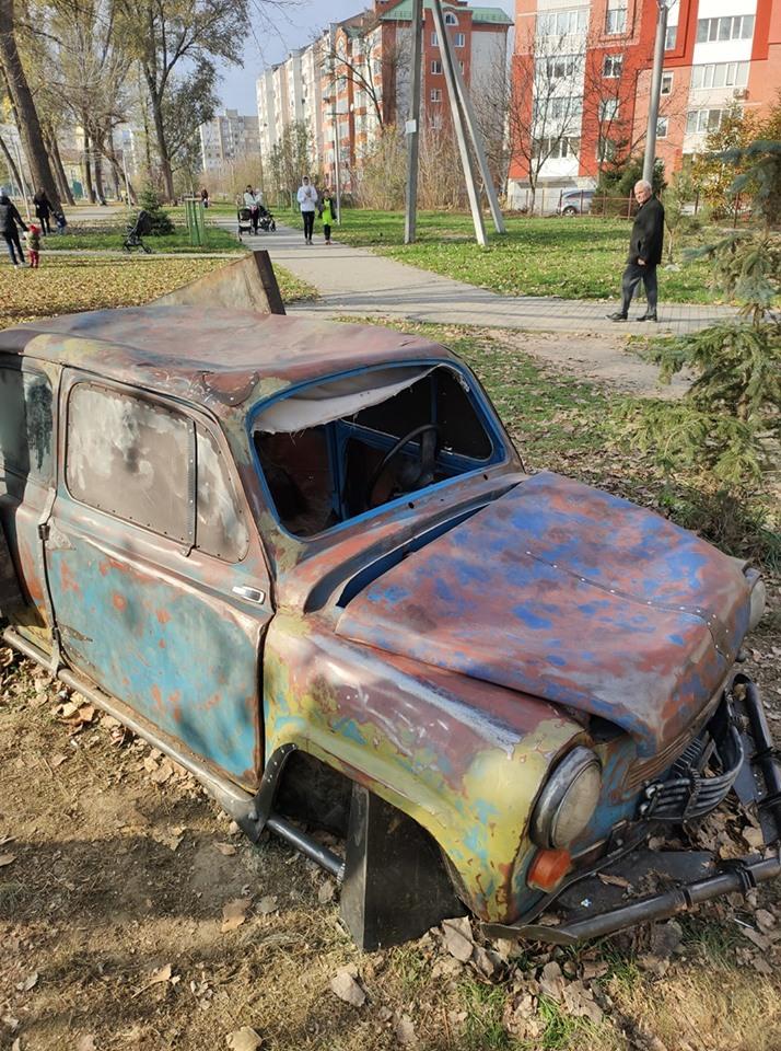 У сквері на Пасічній встановили ретро-автомобіль. За кілька днів його понищили вандали (ФОТО)