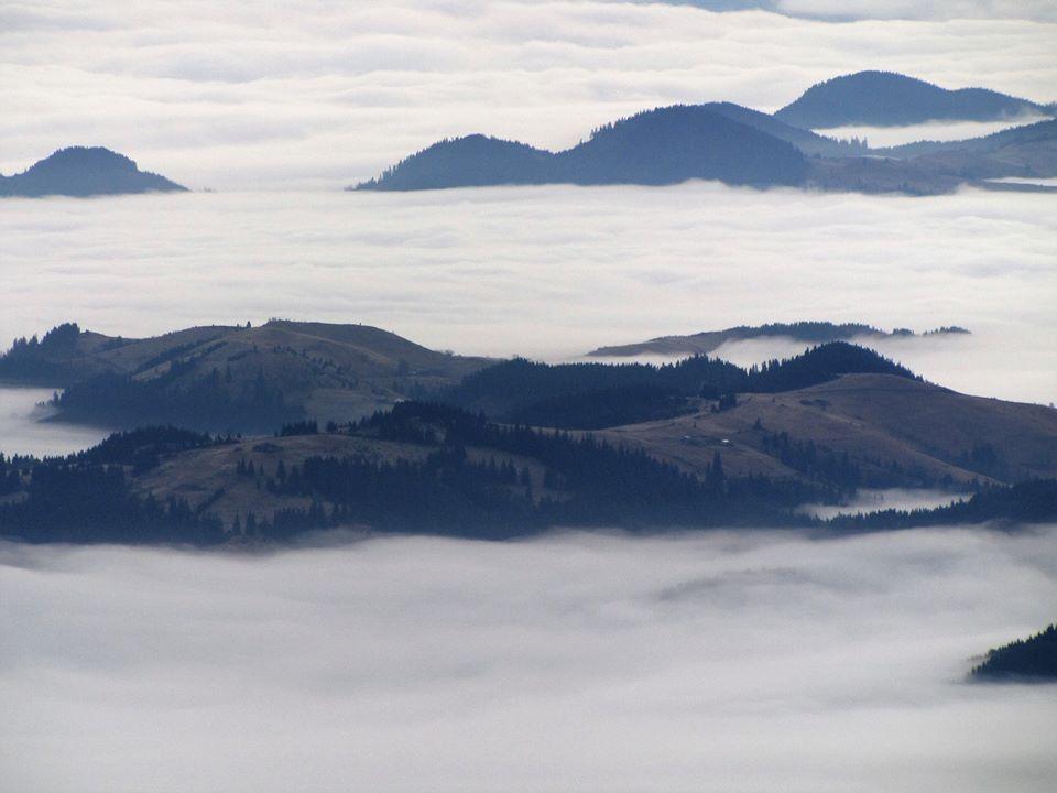 У мережі опублікували неймовірні фото долин, вкритих туманами (ФОТО)
