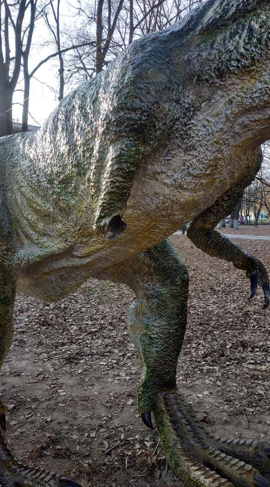 Марцінків не зміг зламати руку динозавра в парку. А вандалам вдалося (ФОТОФАКТ)