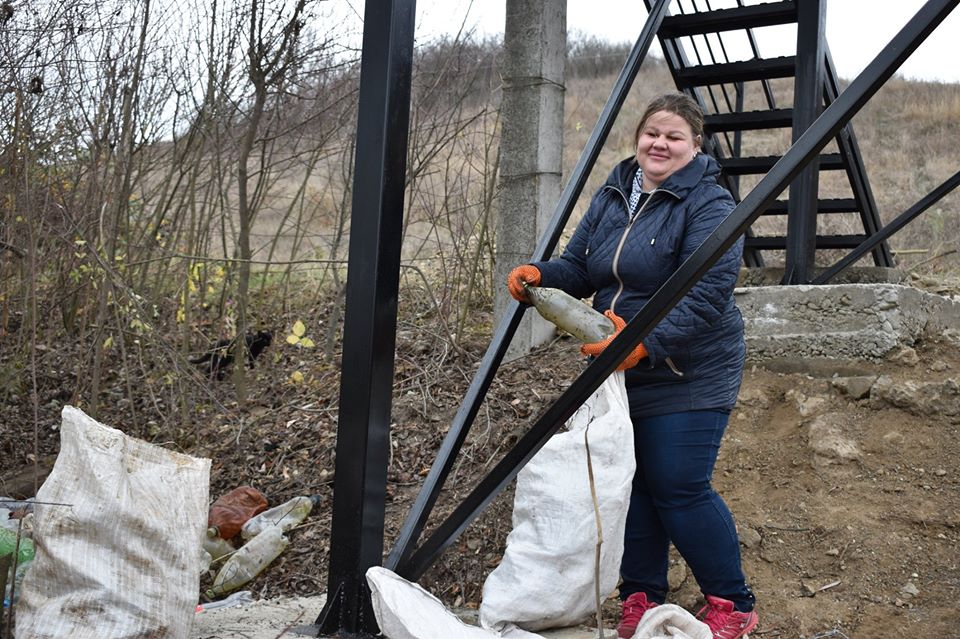 На березі Бурштинського водосховища зібрали більше 10 мішків сміття (ФОТО)