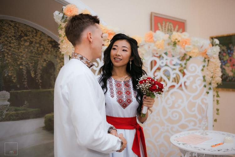 """У Франківську дівчина з Тайваню у вишиванці уклала """"Шлюб за добу"""" з місцевим нареченим (ФОТО)"""