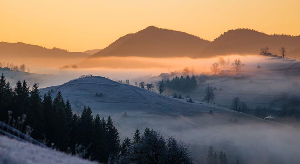 """Фотограф показав, як сонце """"запалює"""" ранкові Карпати (ФОТО)"""