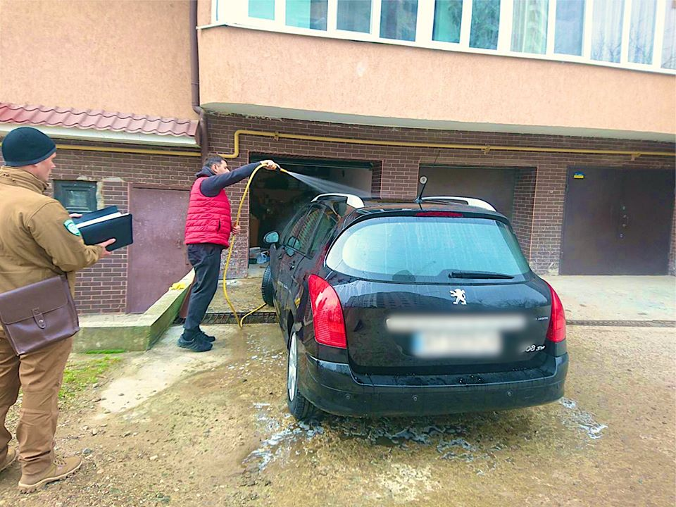 """""""В селі нічого не казали"""": на франківця, який мив машину в дворі, склали протокол (ФОТОФАКТ)"""